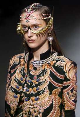 التصاميم الأكثر غرابة وجنونا في اسبوع الموضة الباريسي 3909832301.jpg