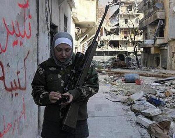 """بالصور.. """"غيفارا"""" امرأة فلسطينيي سوريا """"قناصة"""" 3909877873.jpg"""