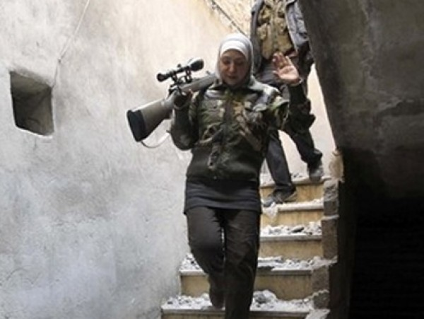 """بالصور.. """"غيفارا"""" امرأة فلسطينيي سوريا """"قناصة"""" 3909877874.jpg"""