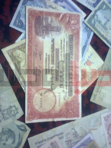 بالصور..غزّي يمتلك ورقة نقدية قديمة لكافة العالم:كل ورقة أطرفها 3909880819.jpg