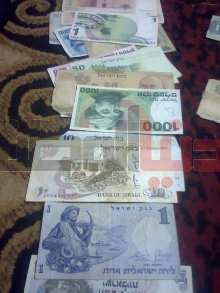 بالصور..غزّي يمتلك ورقة نقدية قديمة لكافة العالم:كل ورقة أطرفها 3909880826.jpg
