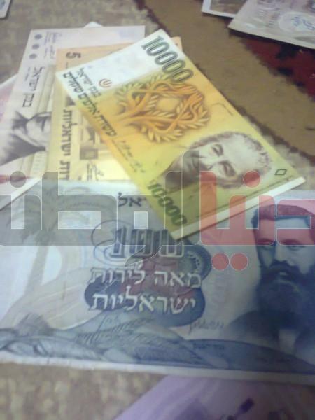 بالصور..غزّي يمتلك ورقة نقدية قديمة لكافة العالم:كل ورقة أطرفها 3909880829.jpg