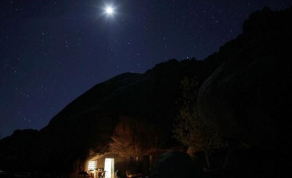 عام.. مكسيكي يعيش منـزل منحوت داخل صخرة 3909882470.jpg