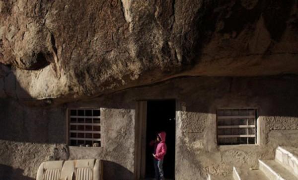 عام.. مكسيكي يعيش منـزل منحوت داخل صخرة 3909882471.jpg
