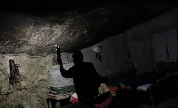 عام.. مكسيكي يعيش منـزل منحوت داخل صخرة 3909882473.jpg