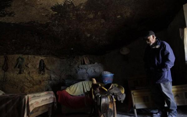 عام.. مكسيكي يعيش منـزل منحوت داخل صخرة 3909882474.jpg