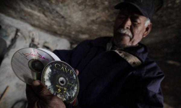 عام.. مكسيكي يعيش منـزل منحوت داخل صخرة 3909882476.jpg