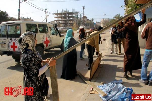 النساء بغزة يبنون خيمات التضامن الاسرى بسواعدهن شاهد الصور 3909890121.jpg