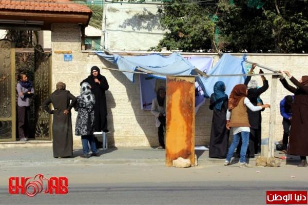 النساء بغزة يبنون خيمات التضامن الاسرى بسواعدهن شاهد الصور 3909890128.jpg