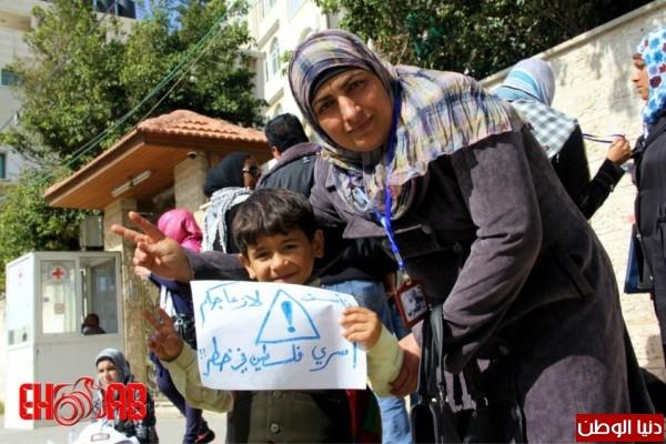النساء بغزة يبنون خيمات التضامن الاسرى بسواعدهن شاهد الصور 3909890130.jpg