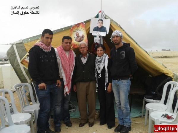 النساء بغزة يبنون خيمات التضامن الاسرى بسواعدهن شاهد الصور 3909890143.jpg