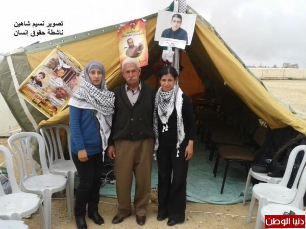 النساء بغزة يبنون خيمات التضامن الاسرى بسواعدهن شاهد الصور 3909890145.jpg