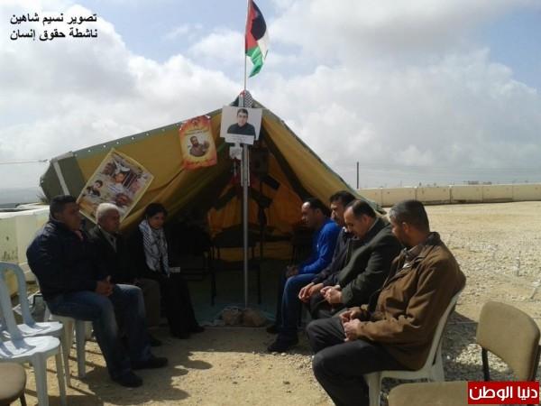 النساء بغزة يبنون خيمات التضامن الاسرى بسواعدهن شاهد الصور 3909890146.jpg