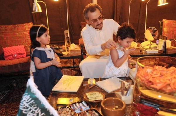 بالصور: تعرّف الحياة المذهلة التي يعيشها الأمير الوليد طلال 3909895624.jpg