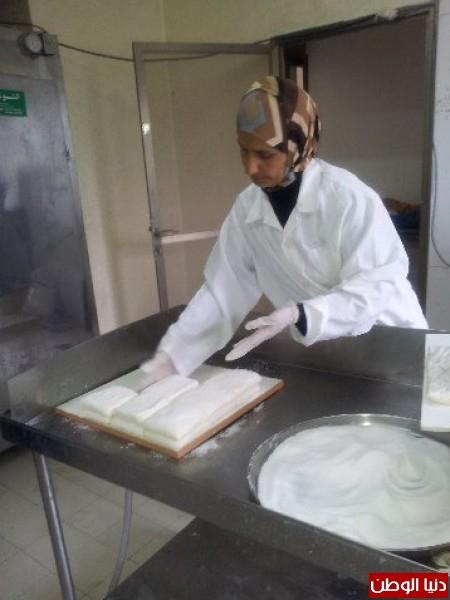 بالصور:صناعة الجبنة الايطالية بأيادي فلسطينية لتنافس الأجبان الاسرائيلية 3909897308.jpg
