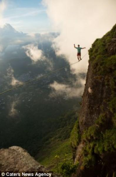 بالصور.. مخاطر برازيلي يسير وينام