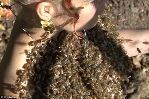 بالفيديو وبالصور: جسدها العاري بالنحل