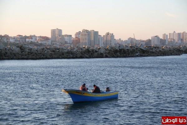 """شاهد بالصور .. بـ""""30 شيكل"""" : رحلة بحرية وسط بحر غزة .. المواطنون يهربون للبحر .. وأدوات الأمان والسلامة متوفرة 3909921009"""