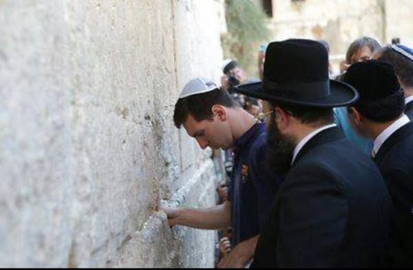 ميسي يرتدي القنصلية اليهودية- نجوم 3909970055.jpg