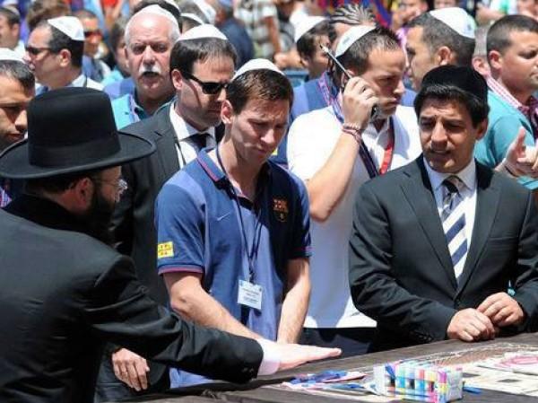 ميسي يرتدي القنصلية اليهودية- نجوم 3909970059.jpg