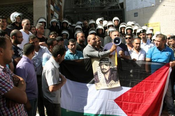 بالصور نشطاء فتح غاضبون برام الله يحاولون اقتحام مكتب قناة الجزيرة 3909988680
