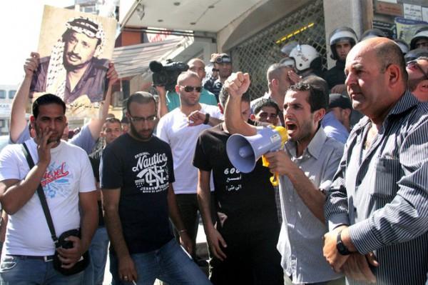 بالصور نشطاء فتح غاضبون برام الله يحاولون اقتحام مكتب قناة الجزيرة 3909988681