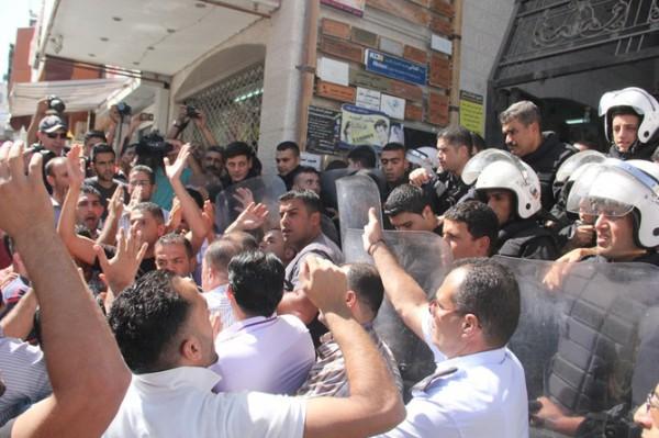 بالصور نشطاء فتح غاضبون برام الله يحاولون اقتحام مكتب قناة الجزيرة 3909988682