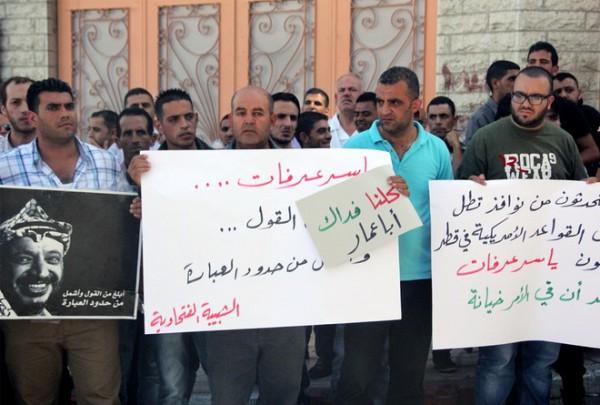 بالصور نشطاء فتح غاضبون برام الله يحاولون اقتحام مكتب قناة الجزيرة 3909988683
