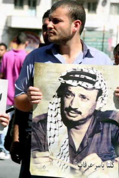 بالصور نشطاء فتح غاضبون برام الله يحاولون اقتحام مكتب قناة الجزيرة 3909988684