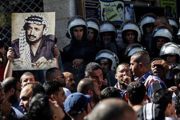 بالصور نشطاء فتح غاضبون برام الله يحاولون اقتحام مكتب قناة الجزيرة 3909988687