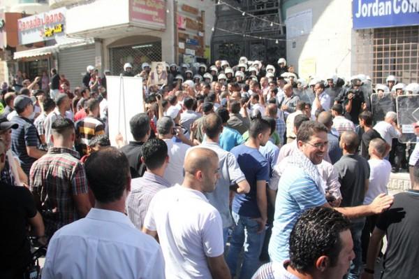 بالصور نشطاء فتح غاضبون برام الله يحاولون اقتحام مكتب قناة الجزيرة 3909988688