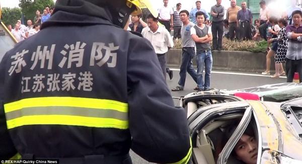 صينية تنجو بأعجوبة سقوط حاوية