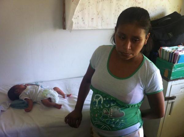 بالصور امراة الشارع أمام المشفى طردها ممرضة 2014, 3910005993.jpg