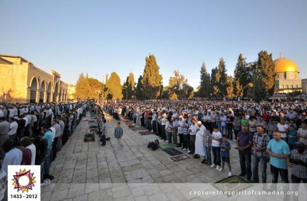 فرحة المسلمين بالعيد بجيمع أنحاء 3910009720.jpg