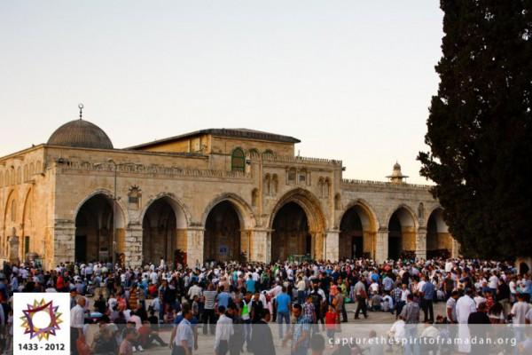 فرحة المسلمين بالعيد بجيمع أنحاء 3910009721.jpg