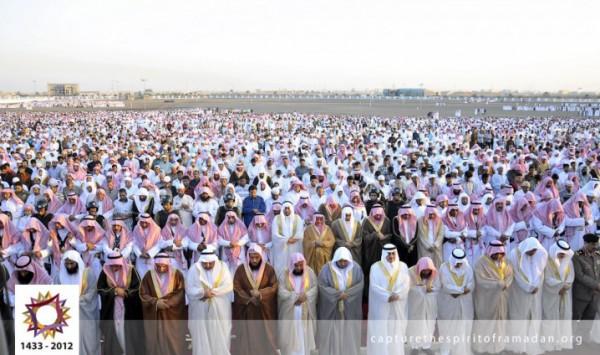 فرحة المسلمين بالعيد بجيمع أنحاء 3910009723.jpg