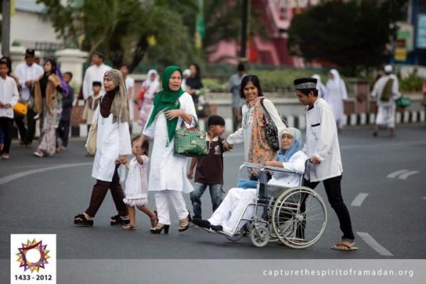 فرحة المسلمين بالعيد بجيمع أنحاء 3910009726.jpg