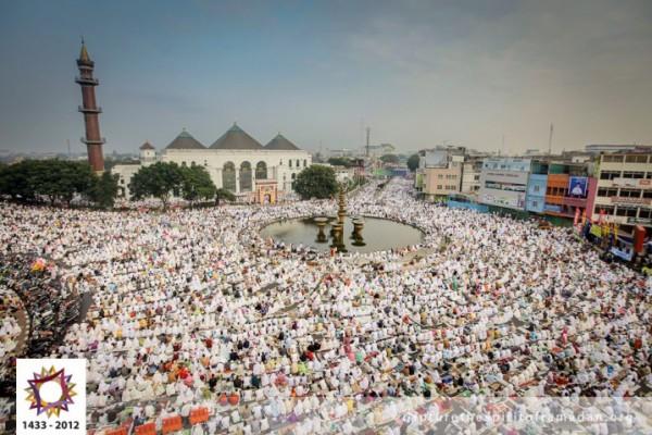 فرحة المسلمين بالعيد بجيمع أنحاء 3910009728.jpg