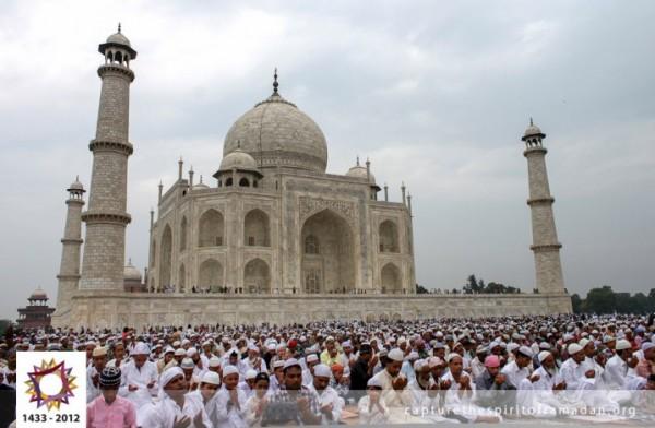 فرحة المسلمين بالعيد بجيمع أنحاء 3910009731.jpg