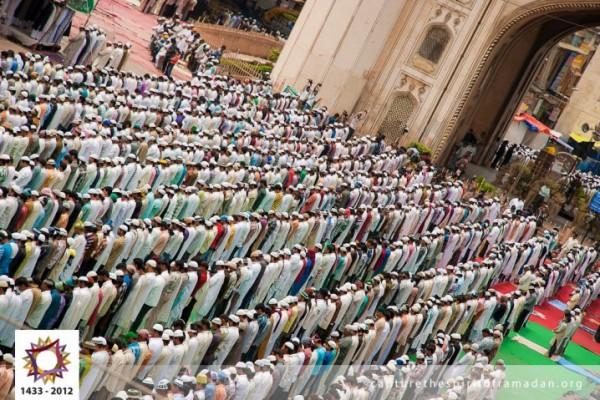 فرحة المسلمين بالعيد بجيمع أنحاء 3910009733.jpg
