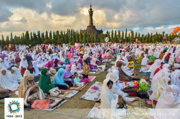 فرحة المسلمين بالعيد بجيمع أنحاء 3910009750.jpg