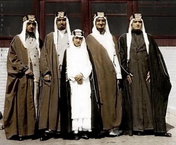 3910018860 صور نادرة للملك عبد العزيز بن عبد الرحمن بن فيصل ال سعود وابناءه