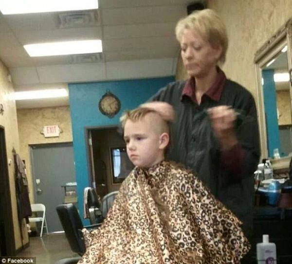 رجل يُـصر أن شبح ابنه يظهر في هذه الصورة مثل الملاك الحارس ...شاهد