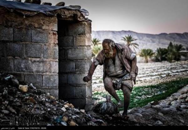 إيراني يستحم ويدخن فضلات الحيوانات