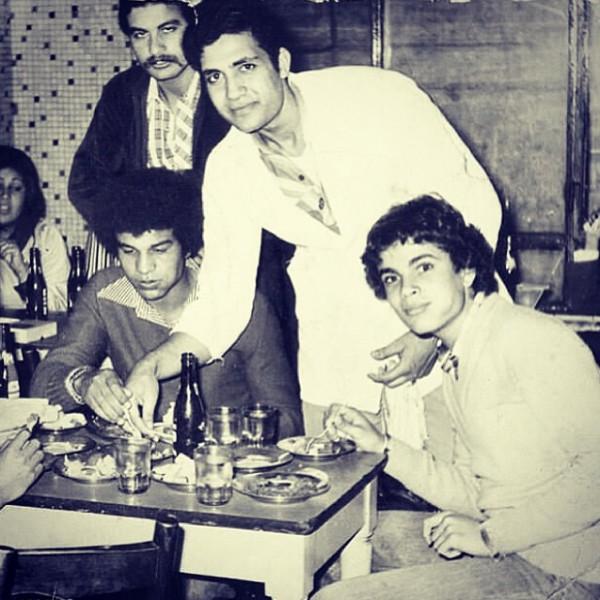 شاهد صور نادرة جداً للمطرب عمرو دياب وهو رضيع حتى سن الشباب