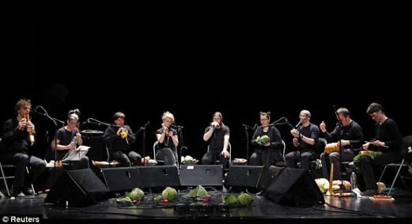 فرقة موسيقية بارعة العزف آلات