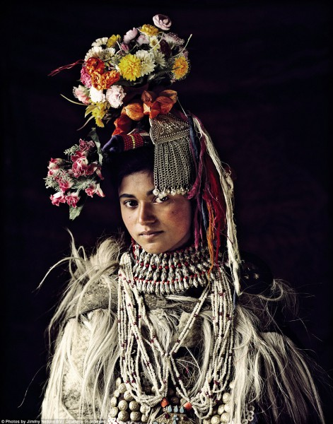 مُصور يرصد قبائل الانقراض.. 3910093383.jpg