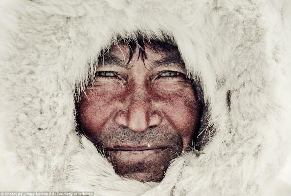 مُصور يرصد قبائل الانقراض.. 3910093387.jpg