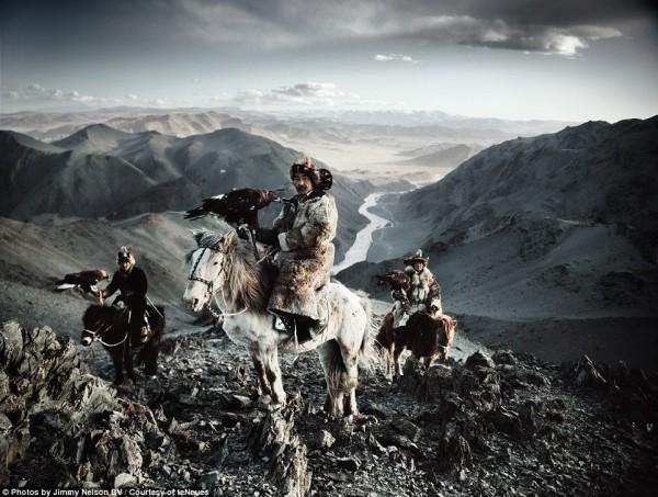 مُصور يرصد قبائل الانقراض.. 3910093389.jpg