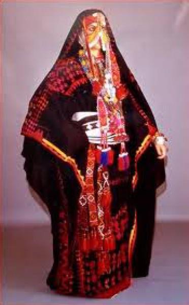 b493037987f56 ويعتبر ثوب الملك من أجمل الأثواب الفلسطينية ويتميز بغطاء الرأس المسمى  الشطوة، وعليه القطع الفضية والذهبية ومرصع بالمرجان، كذلك لم تسلم الكوفية  الفلسطينية من ...